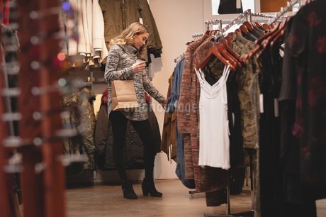 Beautiful woman shopping for clothesの写真素材 [FYI02242105]