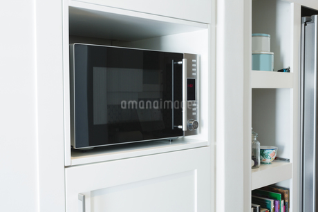 Microwave oven in cabinet at homeの写真素材 [FYI02242134]