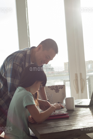 Father and daughter using digital tabletの写真素材 [FYI02242135]