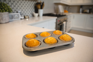 Muffins in baking tray at homeの写真素材 [FYI02242142]