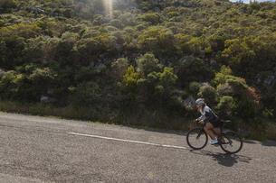 Biker riding mountain bike on roadの写真素材 [FYI02242153]