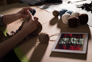 Woman knitting wool at tailor shopの写真素材 [FYI02242270]