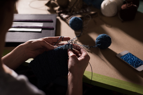 Woman knitting wool at tailor shopの写真素材 [FYI02242278]