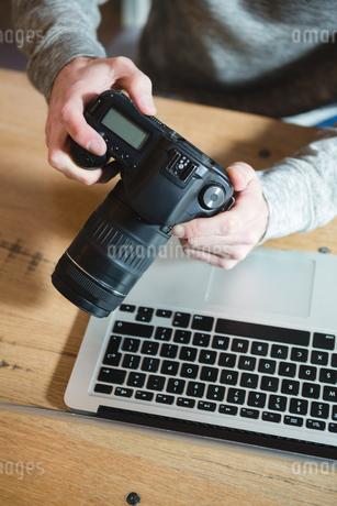 Man using digital camera at homeの写真素材 [FYI02242289]