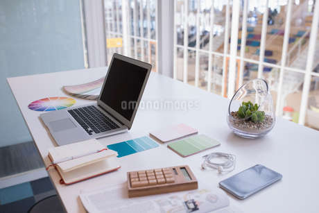 Laptop and color swatch at deskの写真素材 [FYI02242327]