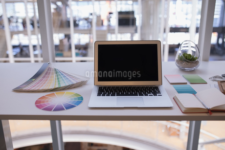 Laptop and color swatch at deskの写真素材 [FYI02242341]
