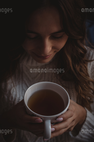 Beautiful woman smelling the aroma of the teaの写真素材 [FYI02242369]