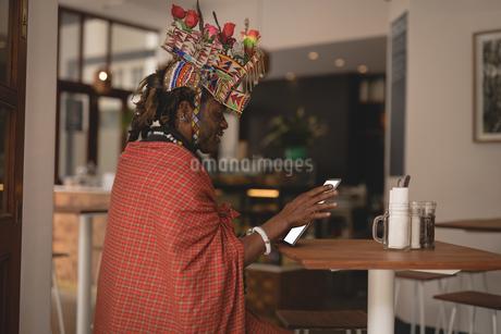 Maasai man in traditional clothing using digital tabletの写真素材 [FYI02242375]