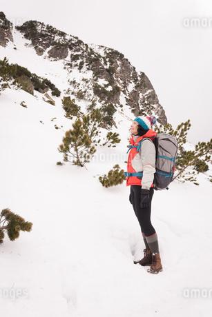 Woman standing with backpack during winterの写真素材 [FYI02242407]