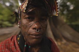 Maasai man in traditional clothingの写真素材 [FYI02242436]