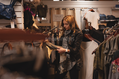 Beautiful woman shopping for clothesの写真素材 [FYI02242482]
