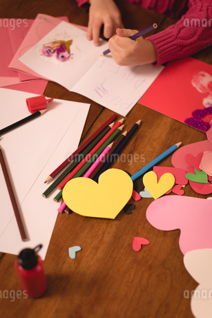 Girl drawing on valentine cardの写真素材 [FYI02242490]