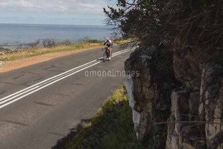 Biker riding mountain bike on roadの写真素材 [FYI02242494]