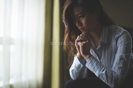 Thoughtful businesswoman sitting on armchairの写真素材 [FYI02242500]