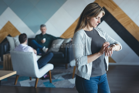 Businesswoman using smartwatchの写真素材 [FYI02242600]