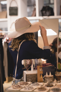 Woman trying out hatの写真素材 [FYI02242681]
