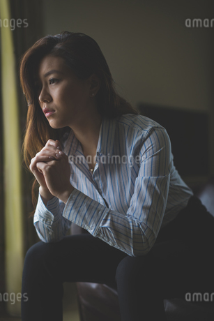 Thoughtful businesswoman sitting on armchairの写真素材 [FYI02242690]