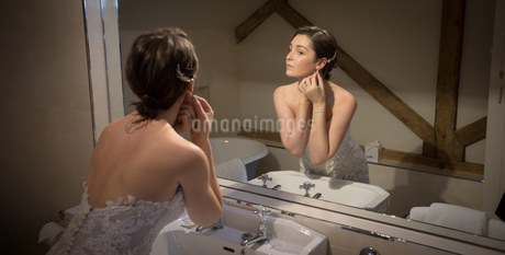Bride getting ready in front of the mirrorの写真素材 [FYI02242745]
