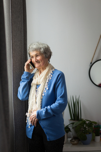 Senior woman talking on mobile phoneの写真素材 [FYI02242750]