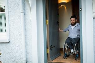 Disabled man closing the doorの写真素材 [FYI02242785]