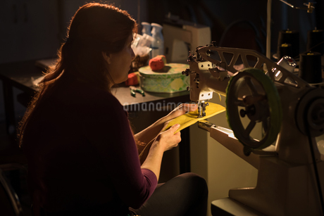 Tailor sewing cloth with sewing machineの写真素材 [FYI02242814]