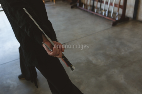 Kung fu fighter practicing with swordの写真素材 [FYI02242859]