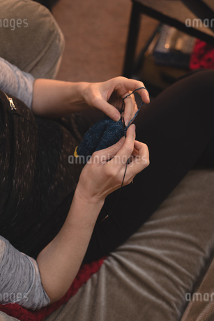 Woman knitting wool at tailor shopの写真素材 [FYI02242878]