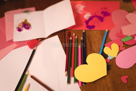 Heart shape craft and colored pencil on wooden floorの写真素材 [FYI02242881]