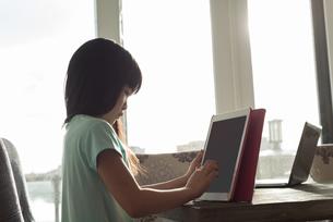 Girl using digital tabletの写真素材 [FYI02242892]