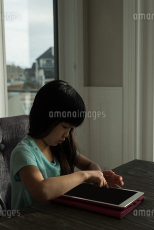 Girl using digital tabletの写真素材 [FYI02242910]