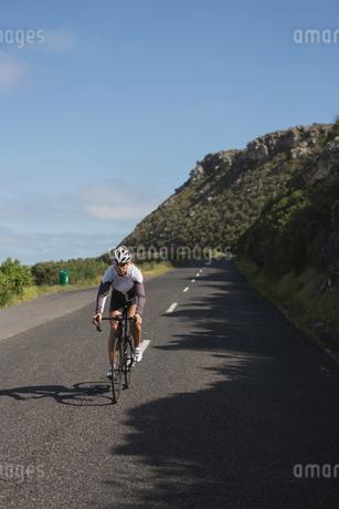 Biker riding mountain bike on roadの写真素材 [FYI02242930]