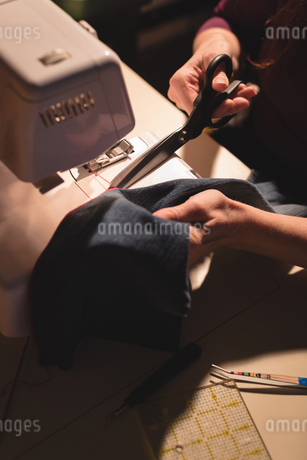Tailor sewing cloth with sewing machineの写真素材 [FYI02242967]