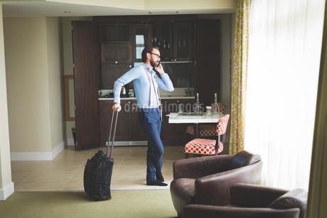 Businessman talking on mobile phoneの写真素材 [FYI02242987]