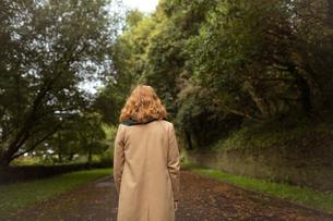 Woman standing in the parkの写真素材 [FYI02242988]