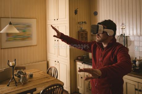 Man using virtual reality headsetの写真素材 [FYI02243114]