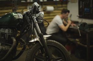 Motorbike at garageの写真素材 [FYI02243149]