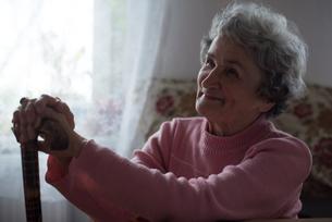 Senior woman smiling at homeの写真素材 [FYI02243154]