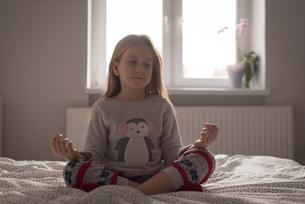 Girl performing yoga in bedroomの写真素材 [FYI02243172]