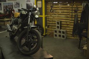 Motorbike at garageの写真素材 [FYI02243217]