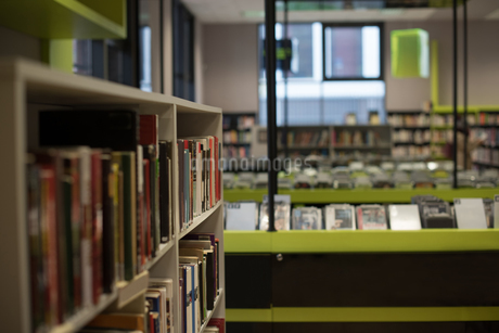 Books in book shelf in libraryの写真素材 [FYI02243238]