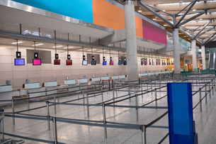Check-in counters and stanchionsの写真素材 [FYI02243245]