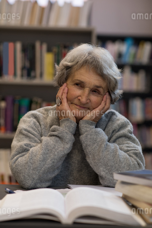 Senior woman smiling in libraryの写真素材 [FYI02243268]