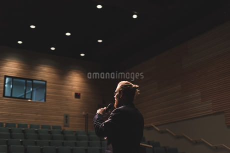 Man practicing his speech on stageの写真素材 [FYI02243463]