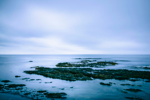 穏やかな岩場の海岸の写真素材 [FYI02243525]