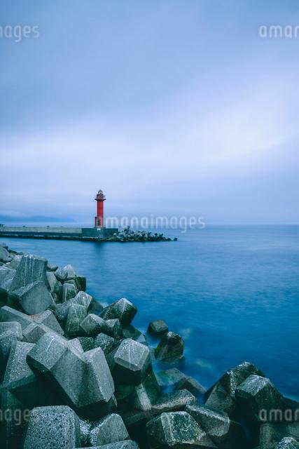 消波ブロックと灯台の写真素材 [FYI02243702]