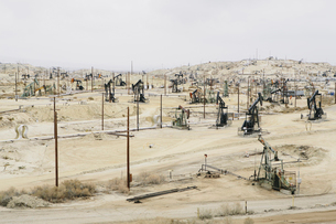 Oil rigs and power lines in the Midway-Sunset oil fieldsの写真素材 [FYI02243794]
