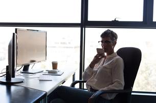 Mature businesswoman talking on mobile phoneの写真素材 [FYI02243912]