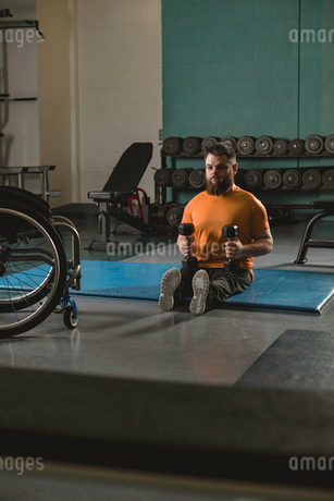 Handicapped man exercising with dumbbellの写真素材 [FYI02243936]
