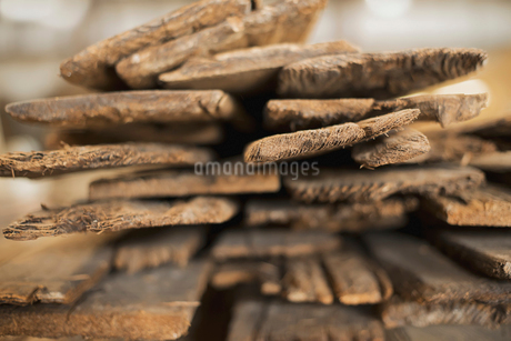 A heap of recycled reclaimed timber planks of wood.の写真素材 [FYI02244068]