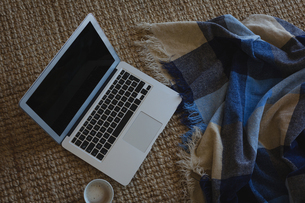 Laptop with coffee cup and blanketの写真素材 [FYI02244163]